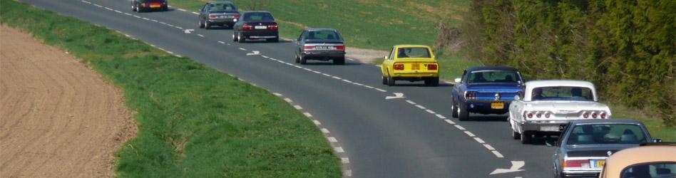 Vieilles autos roulant en convoi